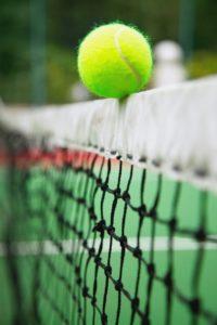 pelota de tenis sobre la red en equilibrio
