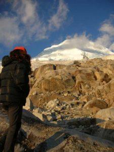 Aurea Vega mirando la cumbre del Huscarán